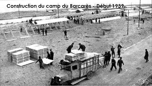 construction-des-premi-baraq-sur-la-plageau-camp-barca.jpg